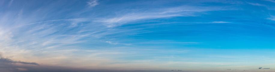 Panorama Hintergrund mit Himmel und Wolken