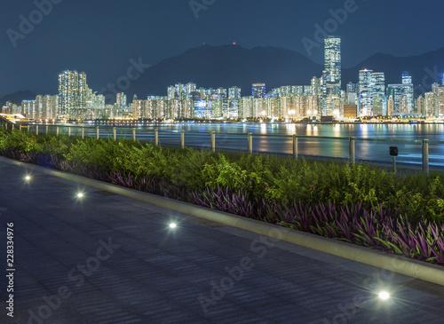 Deptak i linia horyzontu schronienie w Hong Kong mieście przy nocą