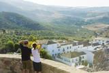 Mirador en Zahara de la Sierra, municipio de la provincia de Cádiz, España, pareja observando la naturaleza.