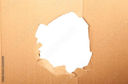 Karton z dziurą - biały tło