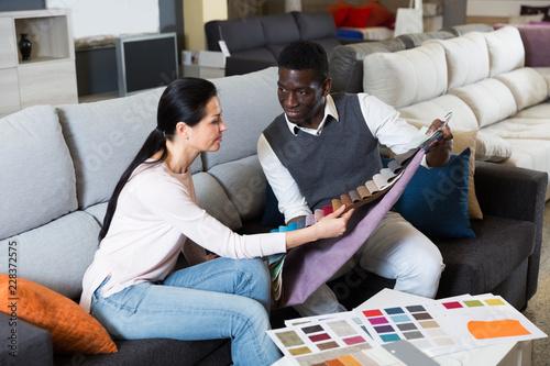 Uśmiechnięta para wybiera nowoczesne materiały do mebli do domu