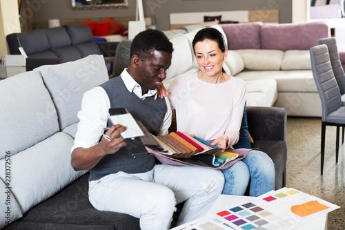 Para wybiera materiały do mebli