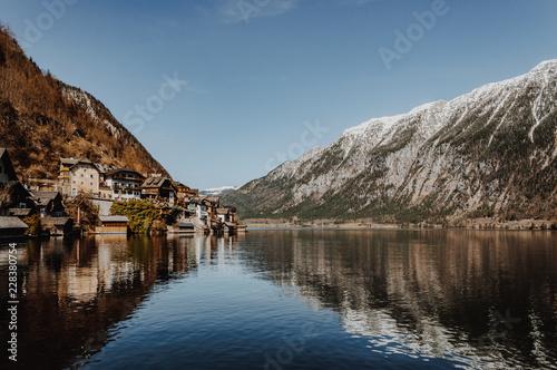 Spektakularny widok na wieś Hallstatt odzwierciedlające w górskie jezioro