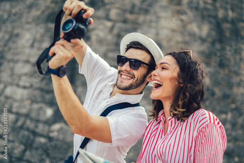 Poster Tourist couple enjoying sightseeing and exploring city