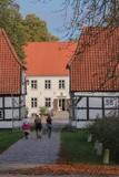 Familie macht Ausflug zum malerischen Herrenhaus Gut Wulfshagen im Herbst