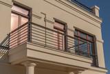 Balkon mit großen Fenstern - 228477968