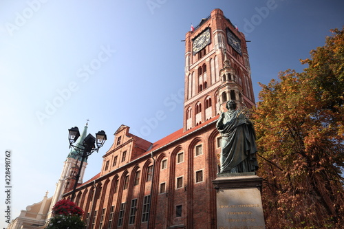 Town hall in Torun with Nicolaus Copernicus statue - 228498762