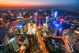 Shanghai Luftaufnahme bei Nacht mit Oriental Pearl Tower, Pudong, Volksrepublik China - 228511779