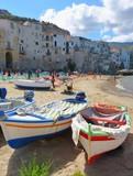 Barques sur la plage au village de Céfalu