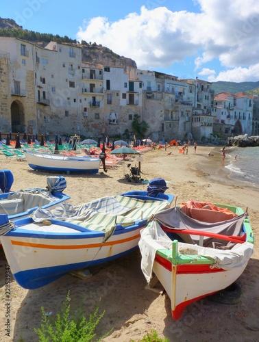Barques sur la plage au village de Céfalu - 228539347