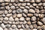 Strassenpflaster aus runden Natursteinen
