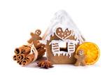 Weihnachten  -  Lebkuchenhaus, Lebkuchenmännchen, Zimt, Sternanis und Orangenscheibe  -  Freisteller - 228592718