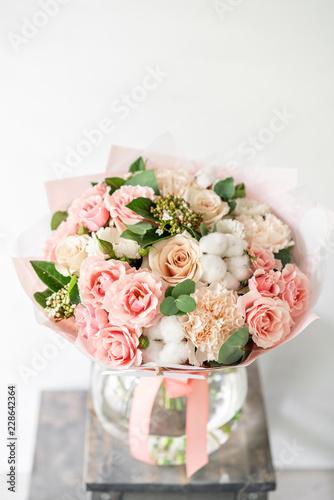 piękny bukiet wiosenny. układ kwiaty z różnych kolorów w szklanym wazonie na starym stole. jasny pokój
