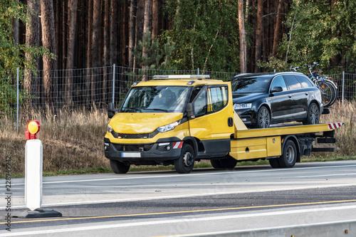 Holownicza ciężarówka na niemieckiej autostradzie