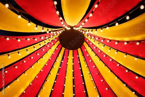 canvas print picture Blick nach oben in das Dach eines kleinen Zirkuszeltes