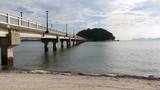 蒲郡 竹島園地、海岸の波打ち際と竹島