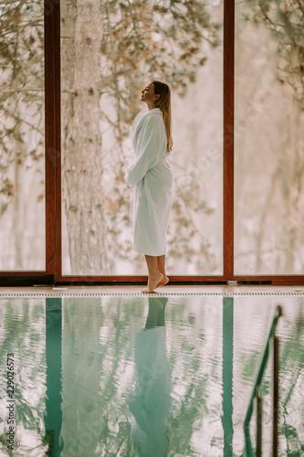Ładna młodej kobiety pozycja pływackim basenem