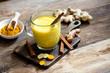 Leinwanddruck Bild - Heilsame Kurkuma Latte mit Zimt