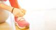 Kind beim Schuhe binden lernen