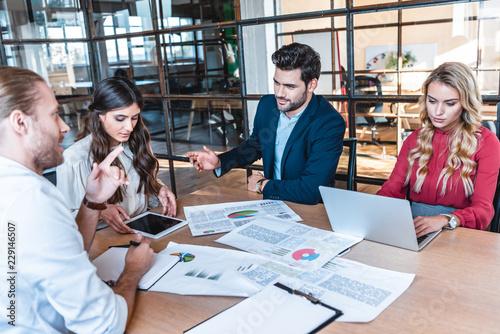 zespół biznesowych dyskusji nowy projekt biznesowy w miejscu pracy z dokumentami i laptopa w biurze