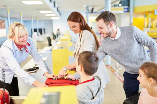 Foto Murales Familie mit Kindern am Flughafen Check-In Schalter