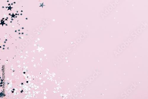 Srebro błyszczy na różowym tle