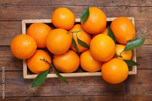 świeże pomarańczowe owoc w pudełku na drewnianym stole, odgórny widok