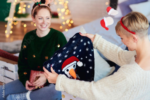Leinwanddruck Bild Two girls opening christmas present