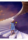 Девочка с желтым тюльпаном в руке стоит на каменной лестнице в небо