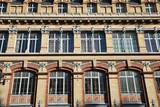 Immeuble brique et métal à Paris, France