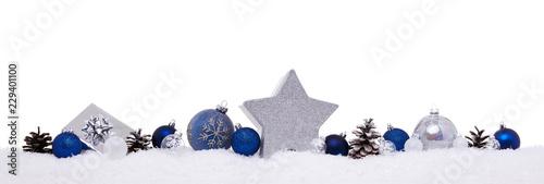 Błękitne i srebne boże narodzenie piłki z xmas teraźniejszości prezenta pudełkami odizolowywającymi na śniegu