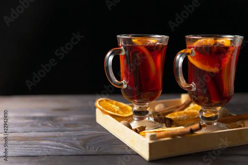 Leinwanddruck Bild Glasses of mulled wine with cinnamon and orange