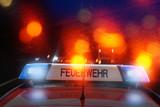 Feuerwehr Auto mit Blaulicht und rot reflektierenden Lichtern - 229428910