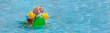 Leinwanddruck Bild - Drei Kleinkinder mit Riesenspaß auf einem Schwimmkrokodil im Schwimmbad