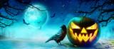 Halloween Motiv mit Raben auf dem Friedhof