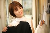 服を選ぶ女性 - 229553190