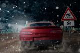 Auto fährt bei Schneefall mit Sommerreifen