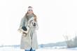 Frau macht Spaziergang mit Schlittschuhen