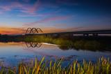 Most na rzece po zmroku