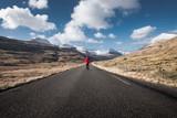Homme seul sur une route aux île Féroé - 229831528