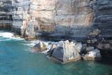 Stratificazione rocciosa della scogliera di Portovenere con mare
