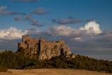 castillo en una montaña - 229924144