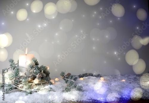 Adventskerze im Schnee mit Bokeh - Weihnachtshintergrund mit Textfreiraum