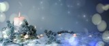 Adventskerze im Schnee - Weihnachtlicher Hintergrund