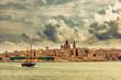 Leinwanddruck Bild - Segelboot mit Panorama Valletta Skyline Malta