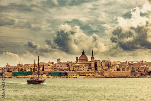 Segelboot mit Panorama Valletta Skyline Malta - 230189152