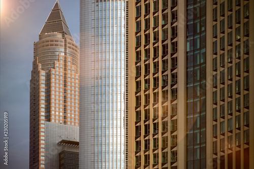 Leinwanddruck Bild Skyline Gebäude Hochhaus mit Fensterfront