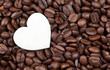 coeur blanc et graines de café torréfiées
