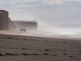 Surfer am Atlantik in Portugal, nahe Obidos - 230285568