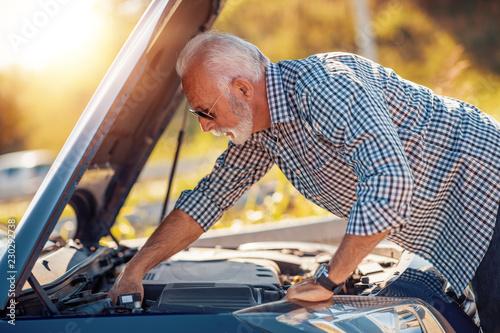 fototapeta na ścianę Check car oil